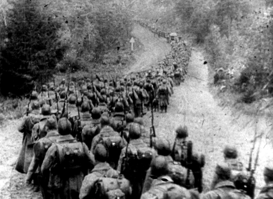 Kolumna żołnierzy sowieckich wkraczających na ziemie Rzeczpospolitej 17 września 1939 roku.