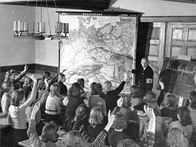 Lekcja geografii w nazistowskiej szkole. Zdjęcie z października 1940 roku (Bundesarchiv/CC-BY-SA 3.0).
