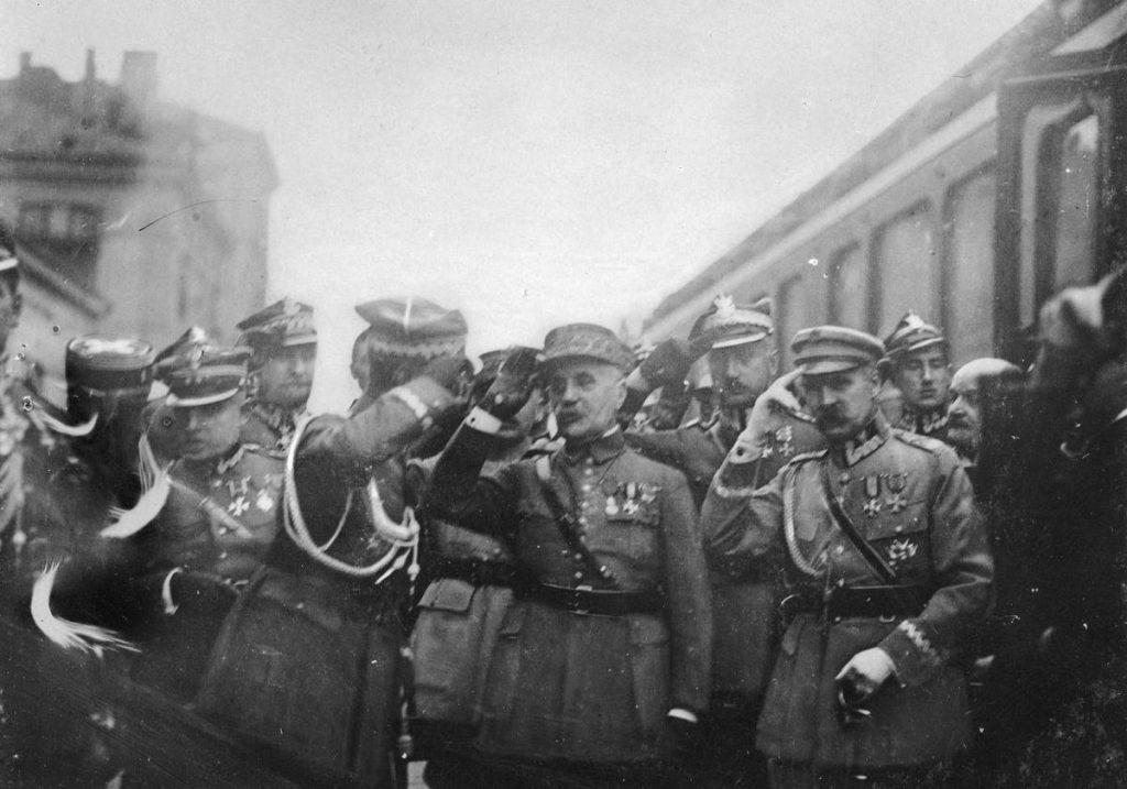 Marszałek Józef Piłsudski na zdjęciu z początku maja 1923 roku, podczas powitania w Warszawie marszałka Ferdynanda Focha (domena publiczna).