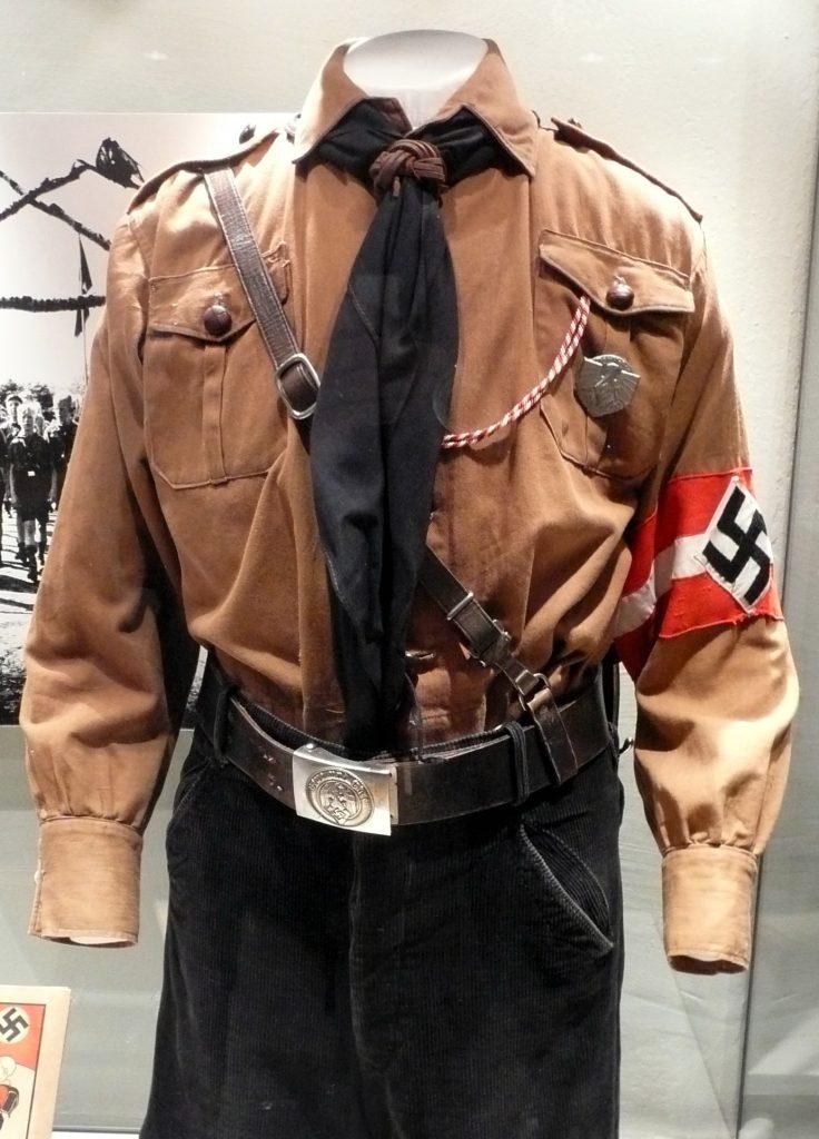 Pilnowanie czekających na śmierć więźniów powierzono członkom Hitlerjugend. Na zdjęciu mundur nazistowskiej młodzieżówki (WerWil/CC BY-SA 2.5).