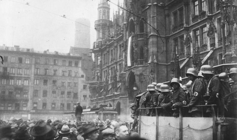 Po dojściu nazistów do władzy w programie szkolnym szybko pojawił się temat nieudanego puczu z 1923 roku (Bundesarchiv/CC-BY-SA 3.0).