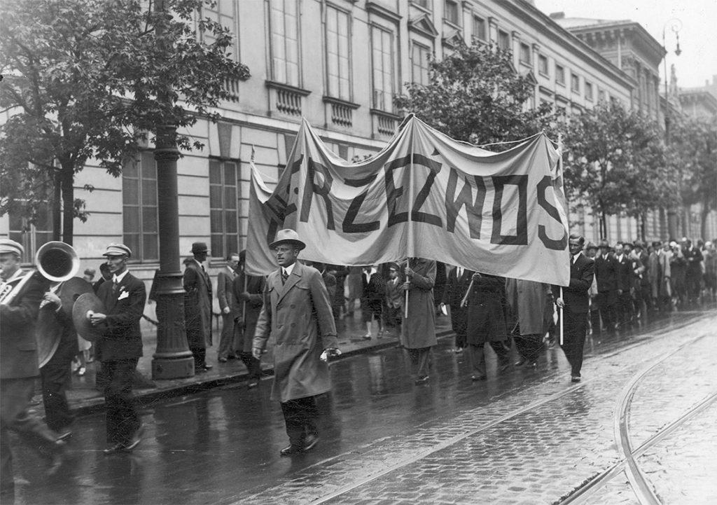 """Pochód abstynencki w Warszawie w 1934 roku. Demonstracja zorganizowana przez Polskie Towarzystwo Walki z Alkoholizmem """"Trzeźwość""""."""