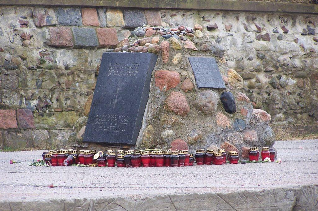 Pomnik ofiar masakry w Palmnicken (Hans-Christian Kords/CC BY-SA 3.0).