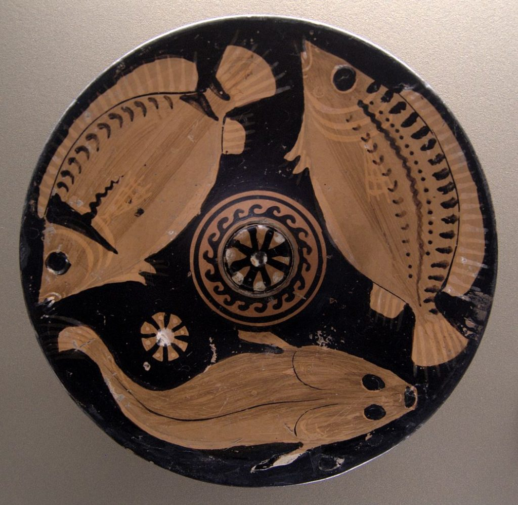 Ryby bardzo często gościły w greckim jadłospisie. Na ilstracji misa z IV w. p.n,e. (Bibi Saint-Pol,/domena publiczna).