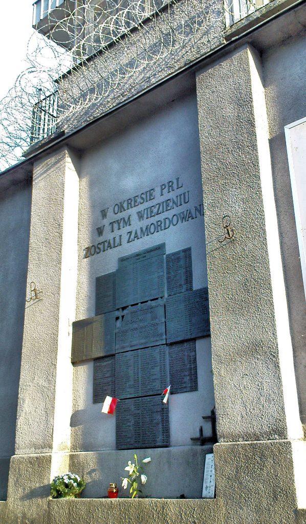 Tablica na murach mokotowskiego więzienia upamiętniająca ofiary komunistycznego terroru (fot. Jolanta Dyr, lic. CC-BY-SA 3,0).