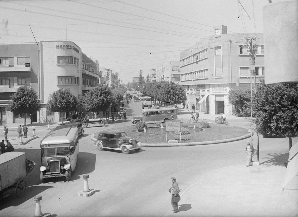 Ulica Tel Awiwu na zdjęciu lat 40. XX wieku (domena publiczna).