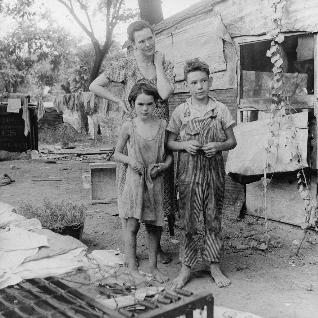 W trakcie wielkiego kryzysu miliony Amerykanów doświadczyło skrajnej nędzy (Dorothea Lange/domena publiczna).