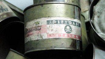 Puste puszki Cyklonu B odnalezione w Auschwitz-Birkenau po wyzwoleniu obozu.