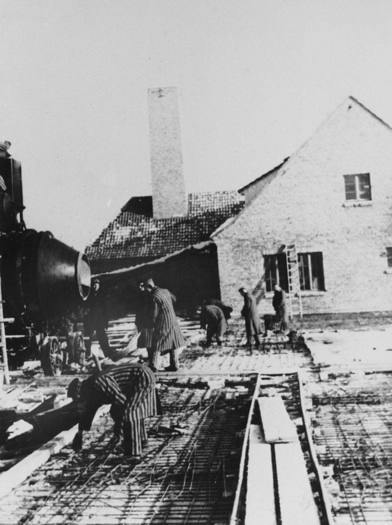 Budowa krematorium nr II w Birkenau (domena publiczna).