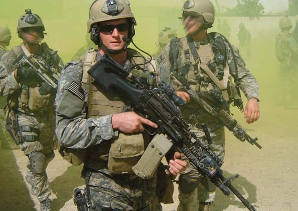 Członkowie Navy Seals patrolują ulicę w Iraku.