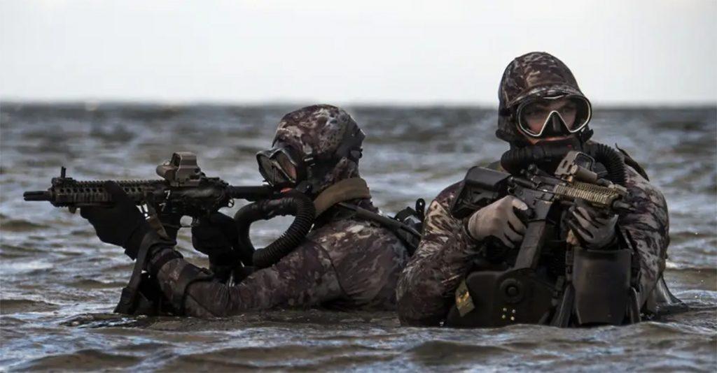 Członkowie Navy Seals podczas ćwiczeń