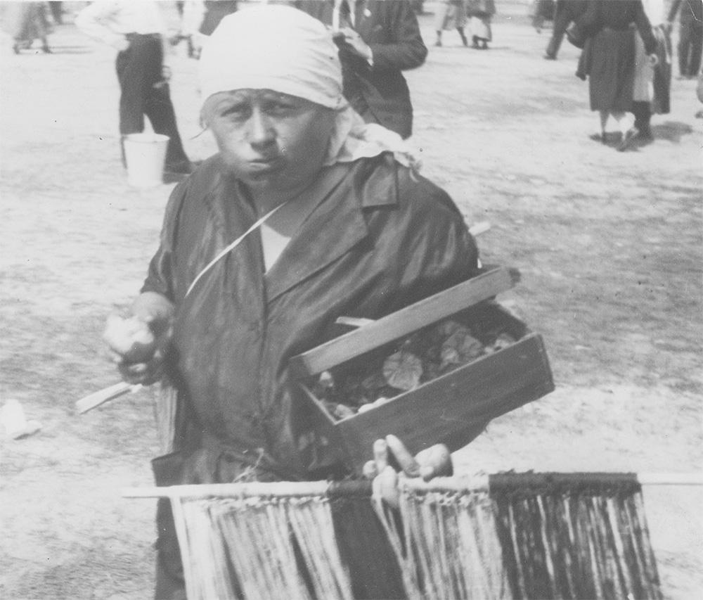 Handel uliczny. Fotografia z 1932 roku.