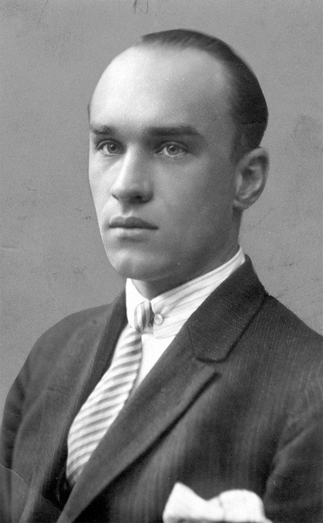 Jarosław Iwaszkiewicz na przedwojennej fotografii portretowej.