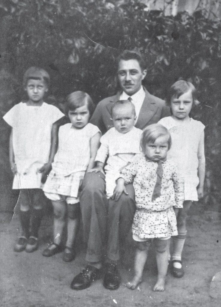 Józef Ślązak wraz z dziećmi. Zdjęcie z 1934 roku. Fotografia z książki Dziewczynka z walizki (materiały prasowe).