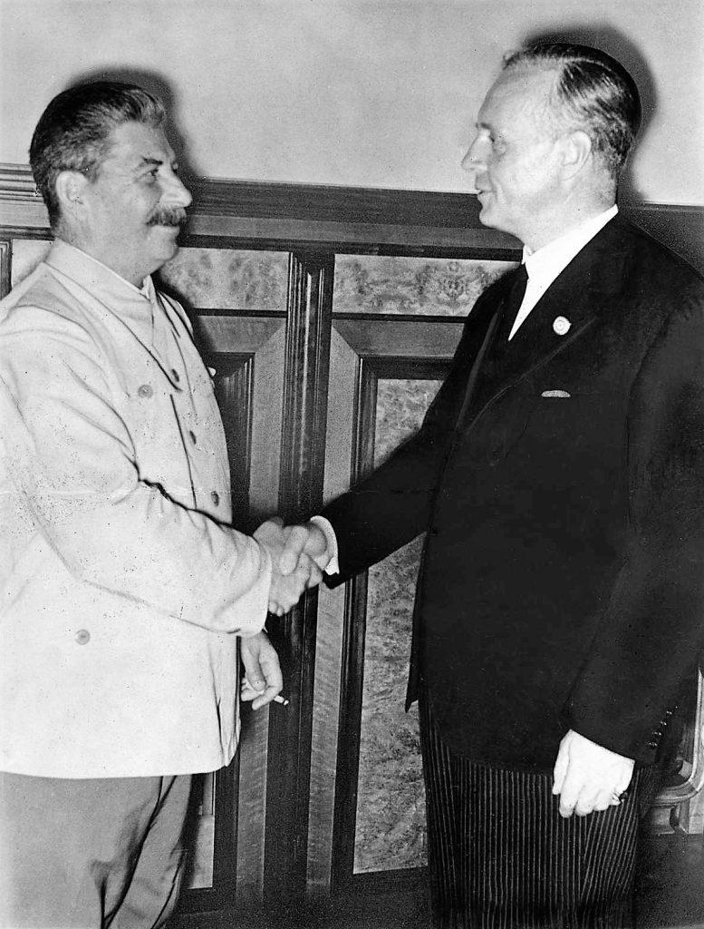 Józef Stalin i Joachim von Ribbentrop wymieniają przyjacielski uścisk dłoni. Moskwa 23 sierpnia 1939 roku (Bundesarchiv/CC-BY-SA 3.0).