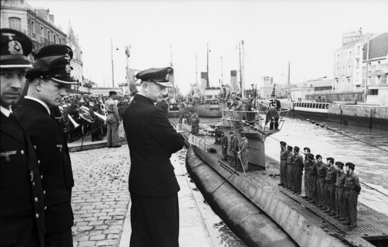 Karl Dönitz wizytujący bazę U-Bootów w St. Nazaire. Zdjęcie z czerwca 1941 roku (Bundesarchiv/CC-BY-SA 3.0).