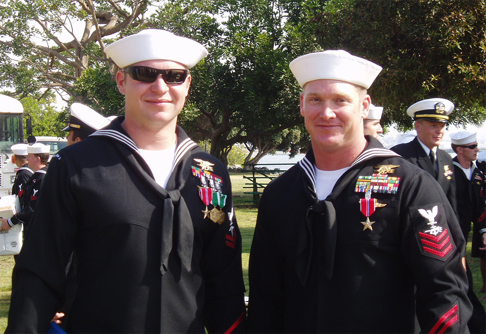 Kevin Lacz (z lewej) podczas wojskowej ceremonii