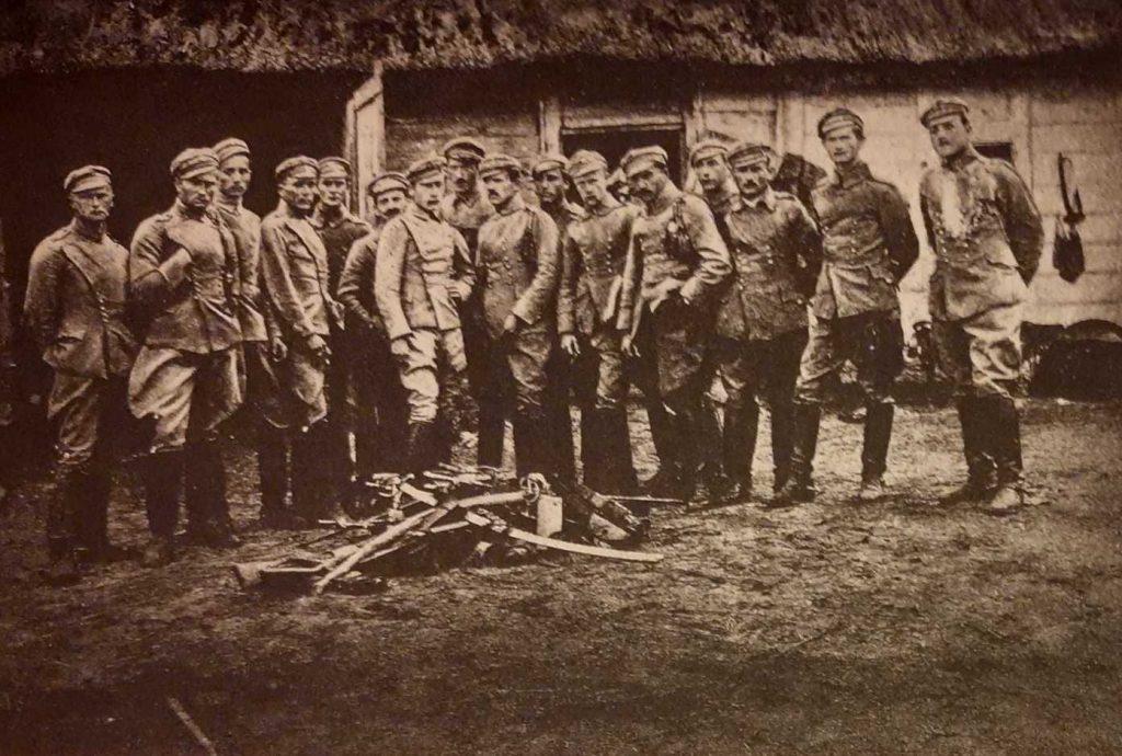 Legioniści z 2 Pułku Ułanów stoją przed porzuconą bronią po odmowie złożenia przysięgi (domena publiczna).
