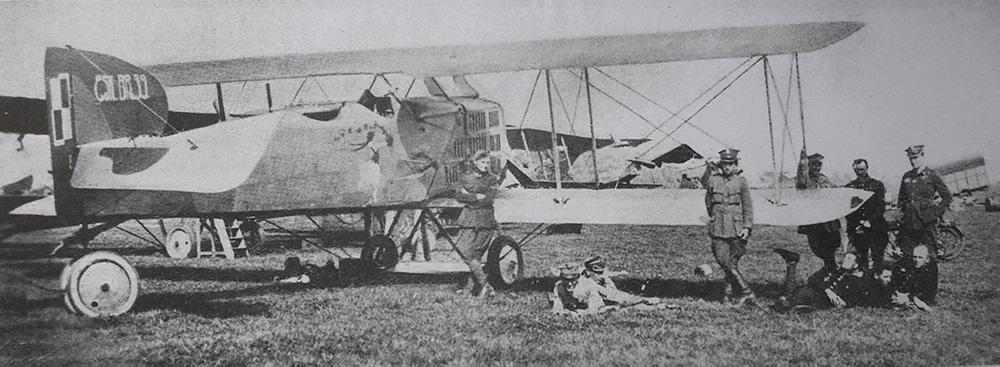 Lotnicy 16 eskadry wywiadowczej na lotnisku w Kremeńczukach. Kwiecień 1920 roku.