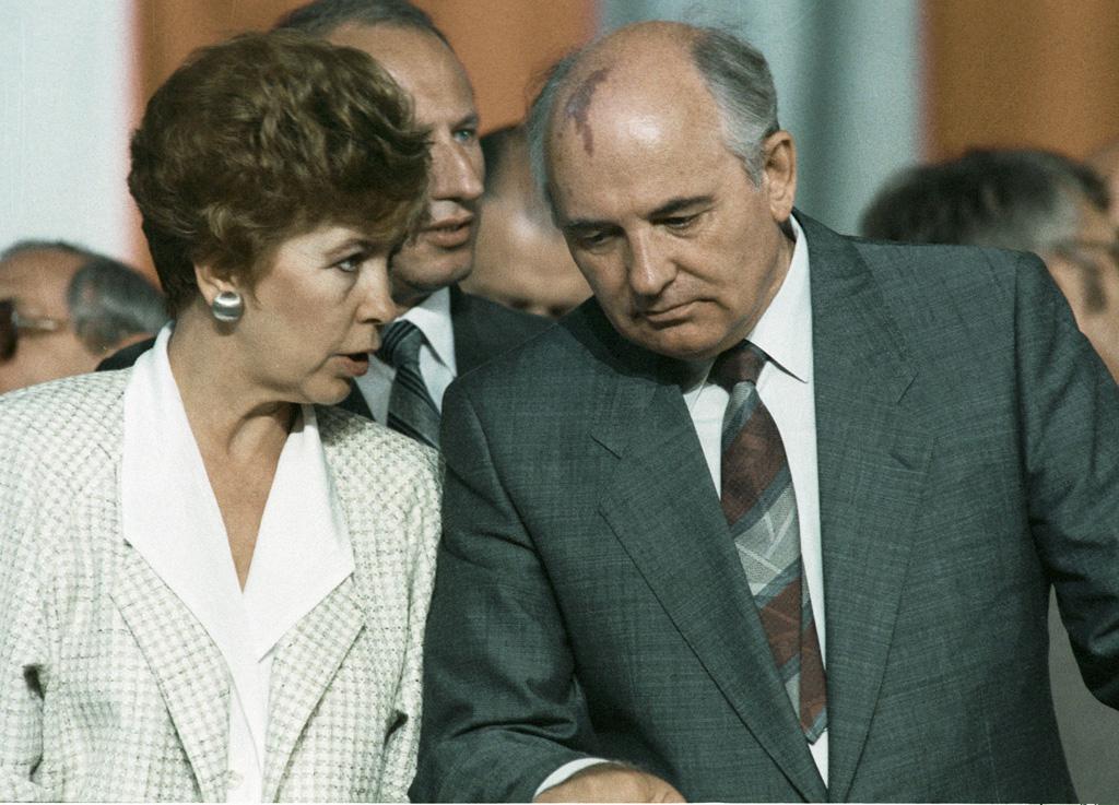 Michaił Gorbaczow z żoną podczas wizyty w Polsce w 1988 roku.