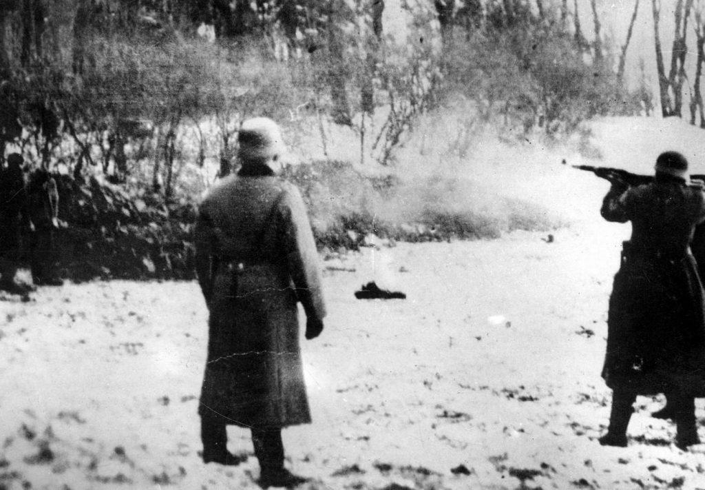 Niemcy zamordowali w Lesie Szpęgawskim być może nawet 7000 Polaków. Zdjęcie poglądowe przedstawiające jedną z tysięcy egzekucji przeprowadzonych przez Niemców w okupowanej Polsce (domena publiczna).