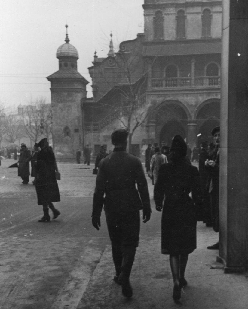 Niemiecki żołnierz spacerujący z młodą kobierą po Krakowie. Zdjęcie z grudnia 1940 roku (domena publiczna).