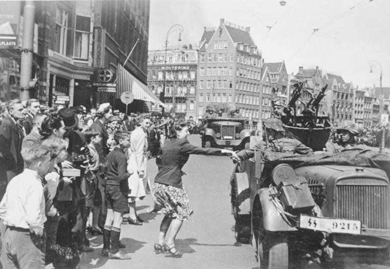 Niemieckie wojska wkraczają do Amsterdamu w maju 1940 roku.