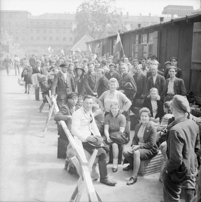 Obóz dla dopisów na terenie hamburskiego ZOO. Wcześniej funkcjonował tam obóz pracy. Zdjęcie z maja 1945 roku (domena publiczna).