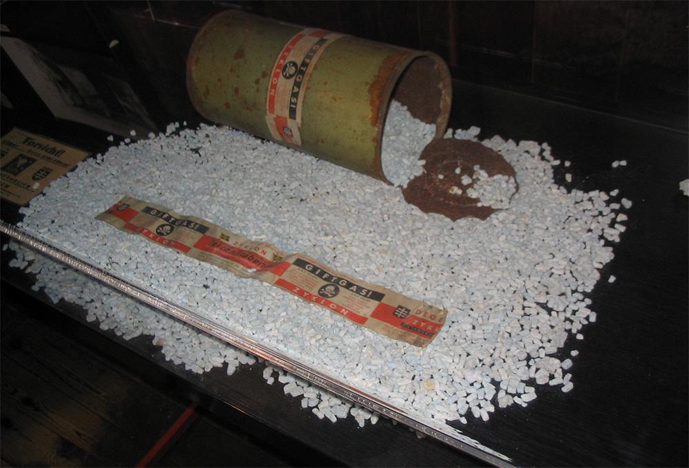Otwarta puszka Cyklonu B na ekspozycji muzealnej w Auschwitz.