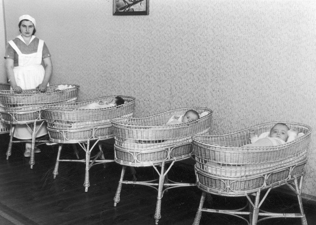 Przytułek dla sierot i podrzutków w Brzęczkowicach na Śląsku. Na zdjęciu z lat 30. wszystko wygląda wzorcowo. W rzeczywistości w większości placówek pozostawiała wiele do życzenia (domena publiczna).