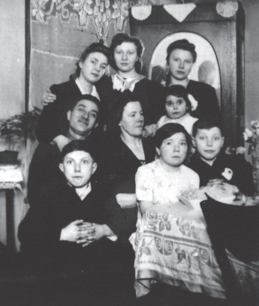 Rodzina Ślązaków w komplecie – Giza w ramionach przybranej matki (fotografia z 1943 roku). Zdjęcie z książki Dziewczynka z walizki (materiały prasowe).