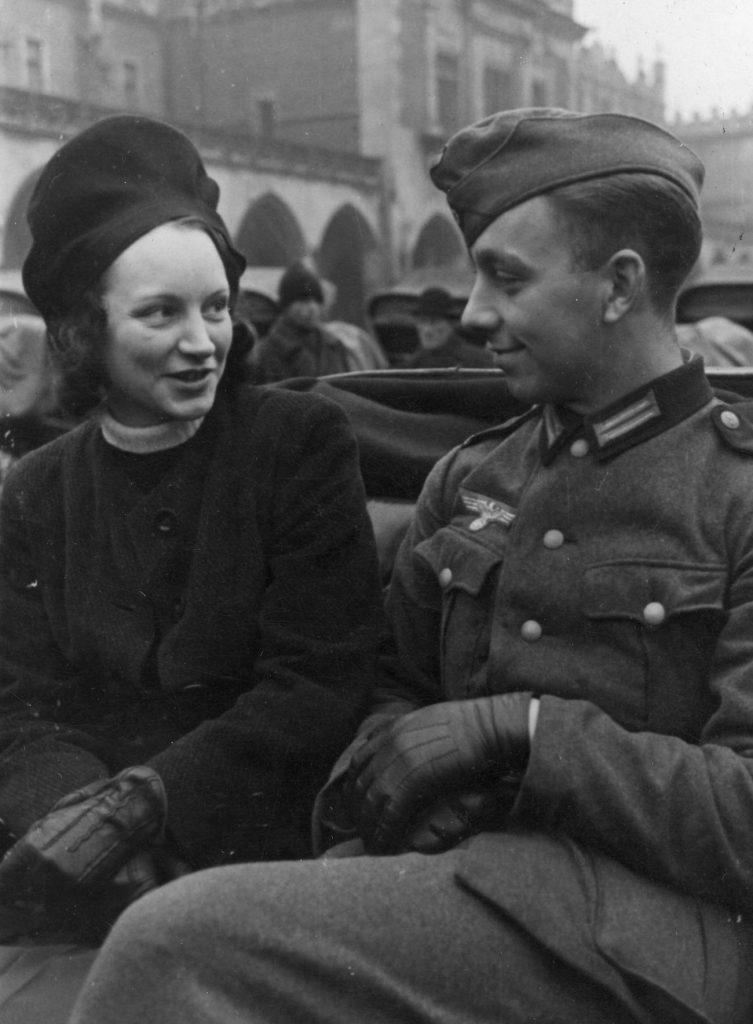 Romantyczna przejażdżka niemieckiego żołnierza i jego wybranki (domena publiczna).