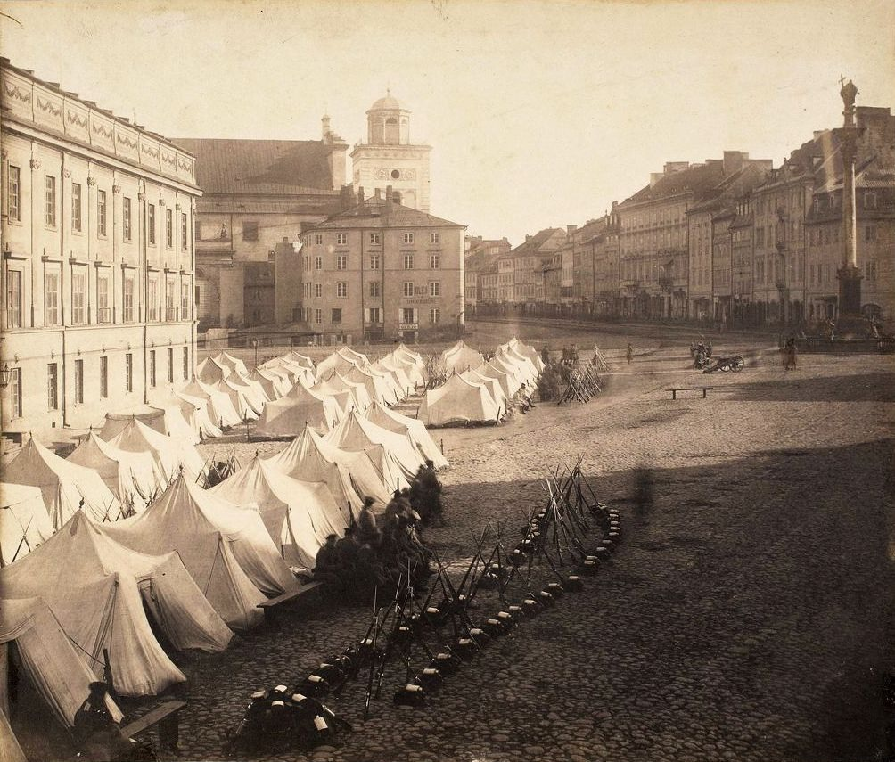 Rosyjscy żołnierze biwajujący na Placu Zamkowym w Warszawie. Zdjęcie z początku lat 60. XIX wieku (Karol Bayer/domena publiczna).