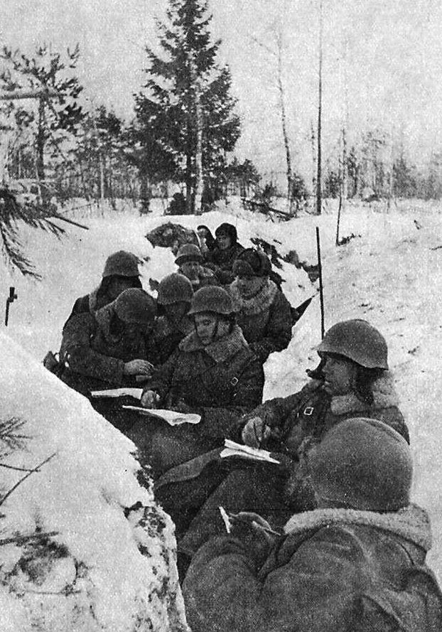 Sowieccy żołnierze w okopach. Fotografia z okresu wojny zimowej 1939-1940.