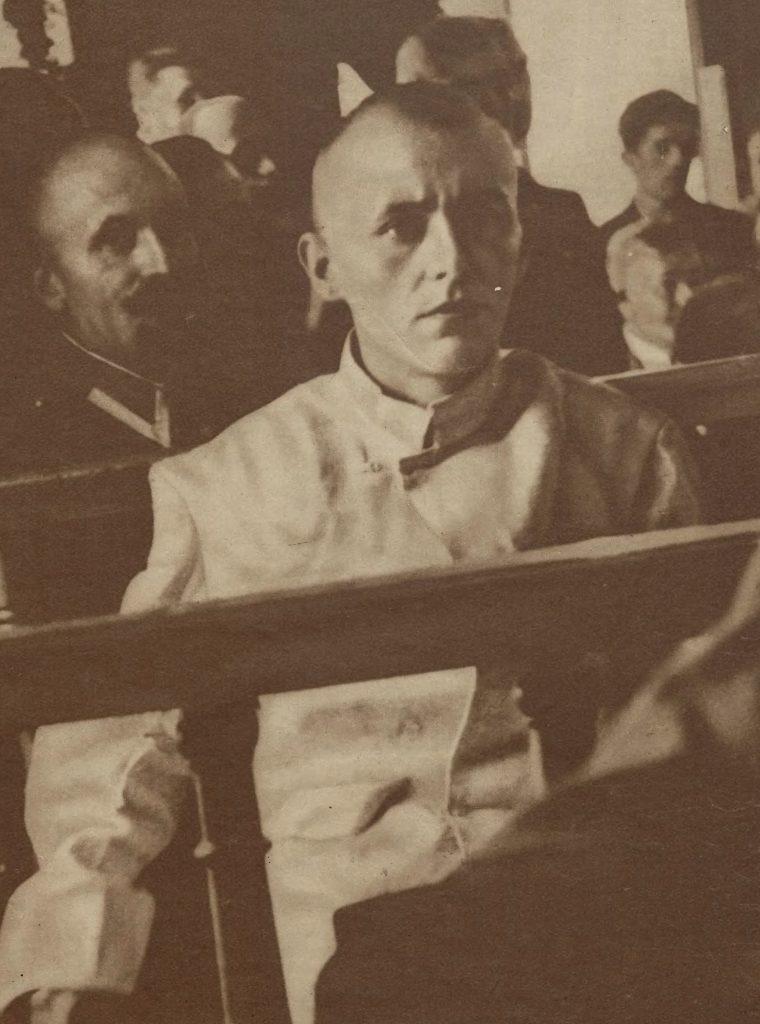 Policjanci nie dali uciec Ensztajnowi. Na zdjęciu morderca podczas procesu (domena publiczna).