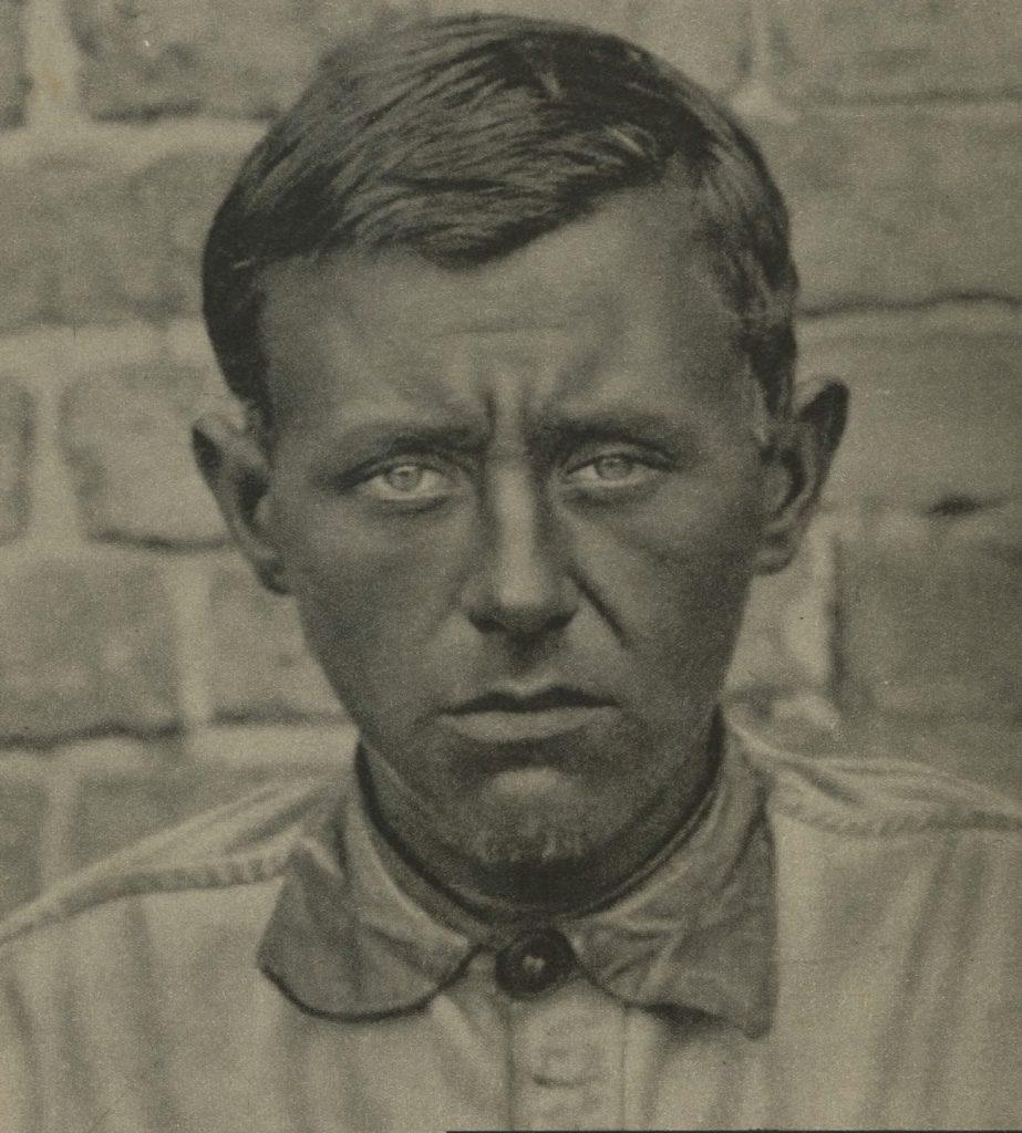 Tadeusz Ensztajn na zdjęciu wykonanym już po tym jak został aresztowany (domena publiczna).