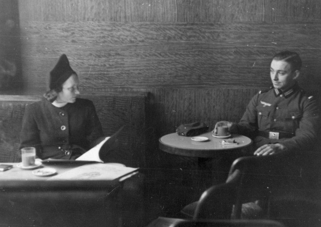 Za kolaborację horyzontalną groziły poważne konsekwencje. Na zdjęciu niemiecki żołnierz i młoda kobieta w jednej z krakowskich kawiarni (domena publiczna).