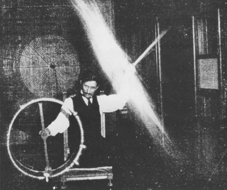 Za opracowanie systemu oświetlenia łukowego Tesla nie otrzymał żadnej nagrody. Powyżej zdjęcie genialnego wynalazcy już z lat 90. XIX wieku (domena publiczna).
