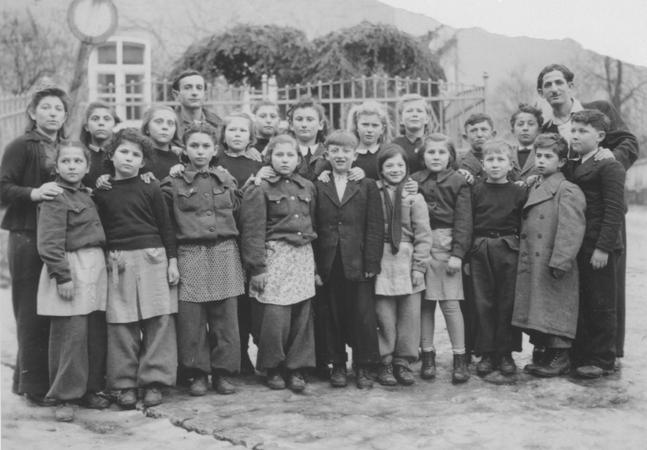 Zdjęcie klasowe dzieci z obozu dla dipisów w Schauenstein (domena publiczna).