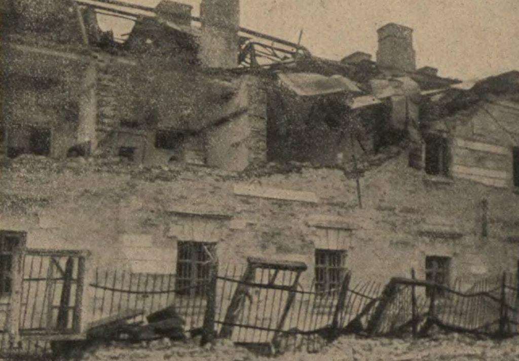 Znieszczone po wybuchu mieszkania oficerskie w X Pawilonie (domena publiczna).