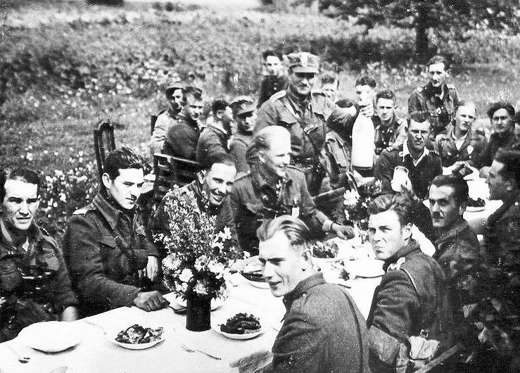 5 Wileńska Brygada AK w czasie spożywania posiłku na świeżym powietrzu Zdjęcie z książki Mróz, głód i wszy. Życie codzienne Wyklętych (materiały wydawcy).