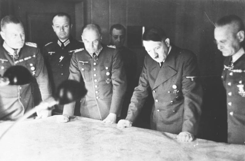 Adolf Hitler w otoczeniu generałów. Fotografia z 1940 roku.