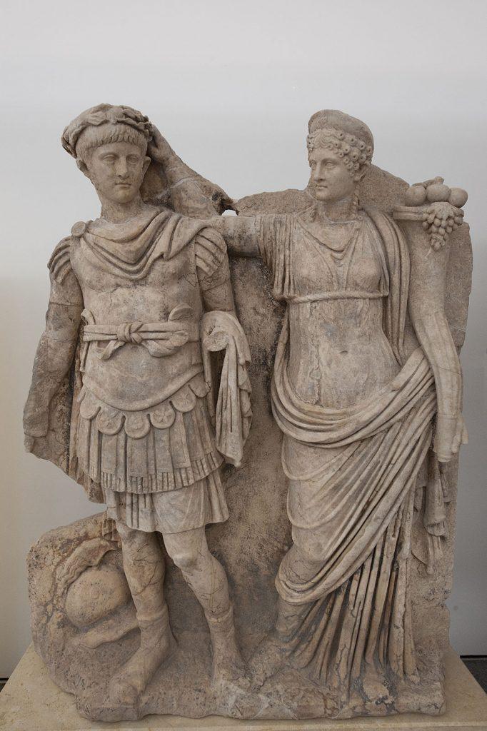Agrypina władająca na głowę Nerona wieniec laurowy, jako symbol jego cesarskiej władzy (Dosseman/CC BY-SA 4.0).