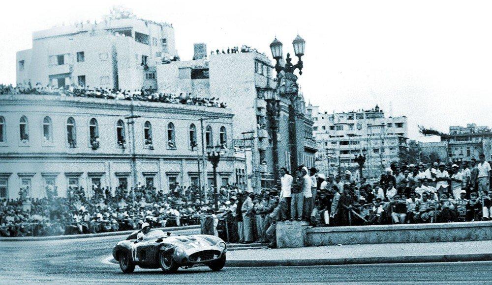 Alfonso de Portago podczas rozgrywanego w Havanie Cuban Grand Prix. Zdjęcie z 1957 roku (domena publiczna).
