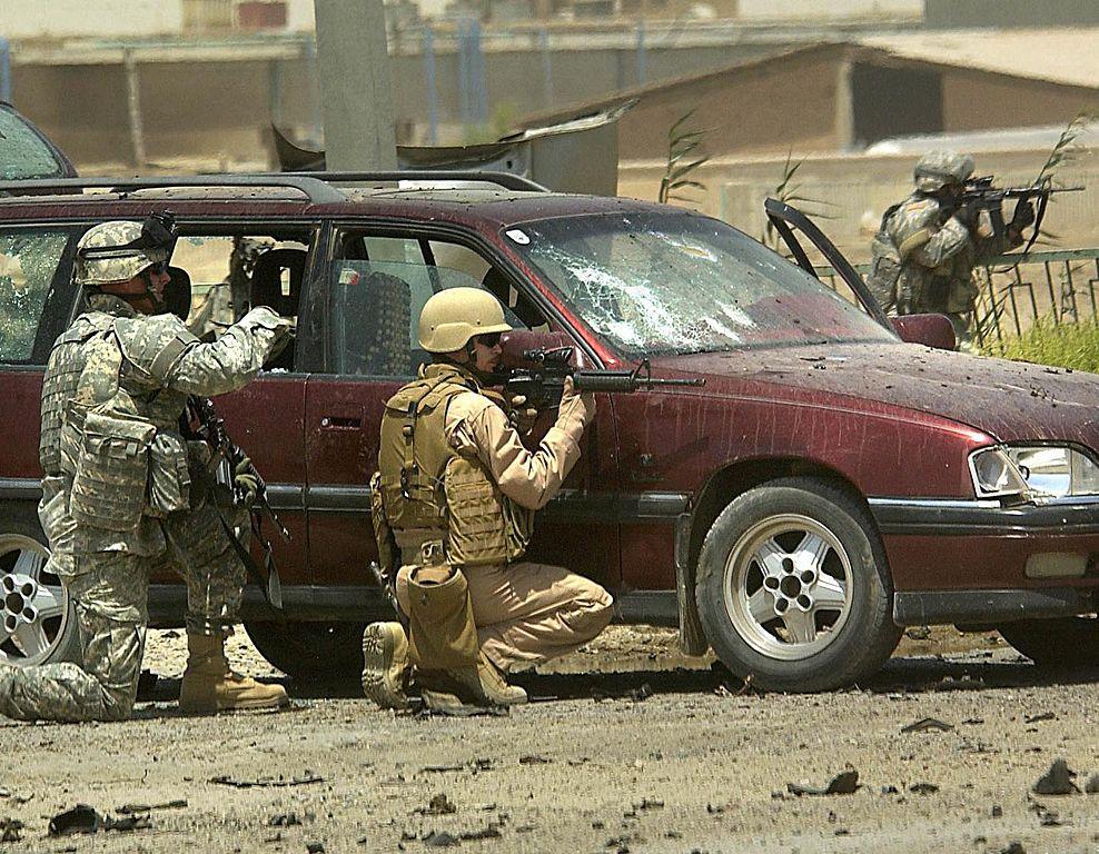 Amerykańscy żołnierze podczas bitwy o Ramadi. Fotografia z 2006 roku.