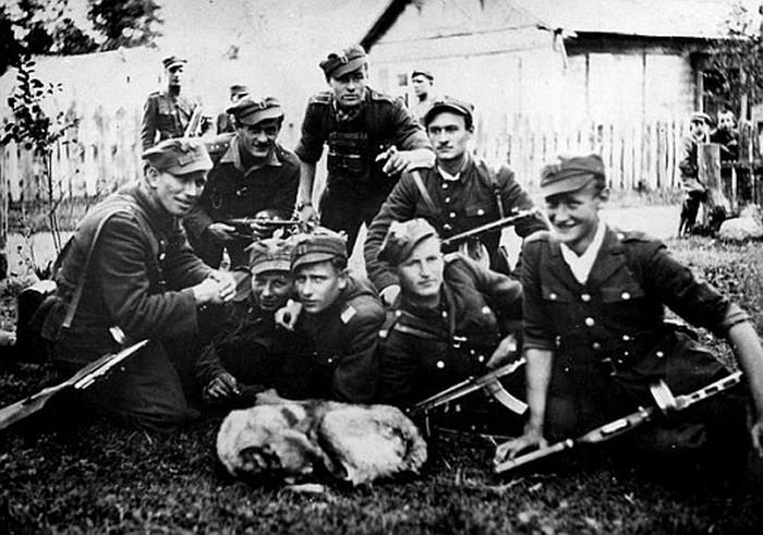 Białostocczyzna, lato 1945 r. 5 Brygada Wileńska AK. Zdjęcie z książki Mróz, głód i wszy. Życie codzienne Wyklętych (materiały wydawcy).