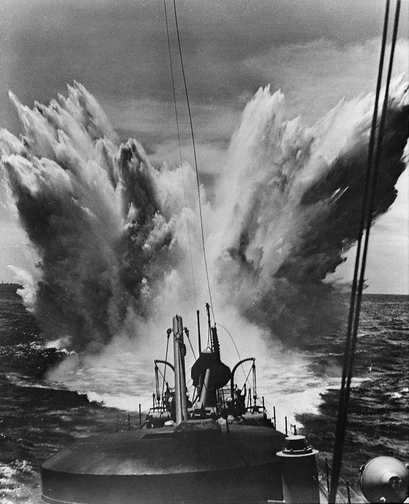 Wybuch bomby głębinowej uszkodził głębokościomierz U-99. Ilustracja poglądowa (domena publiczna).
