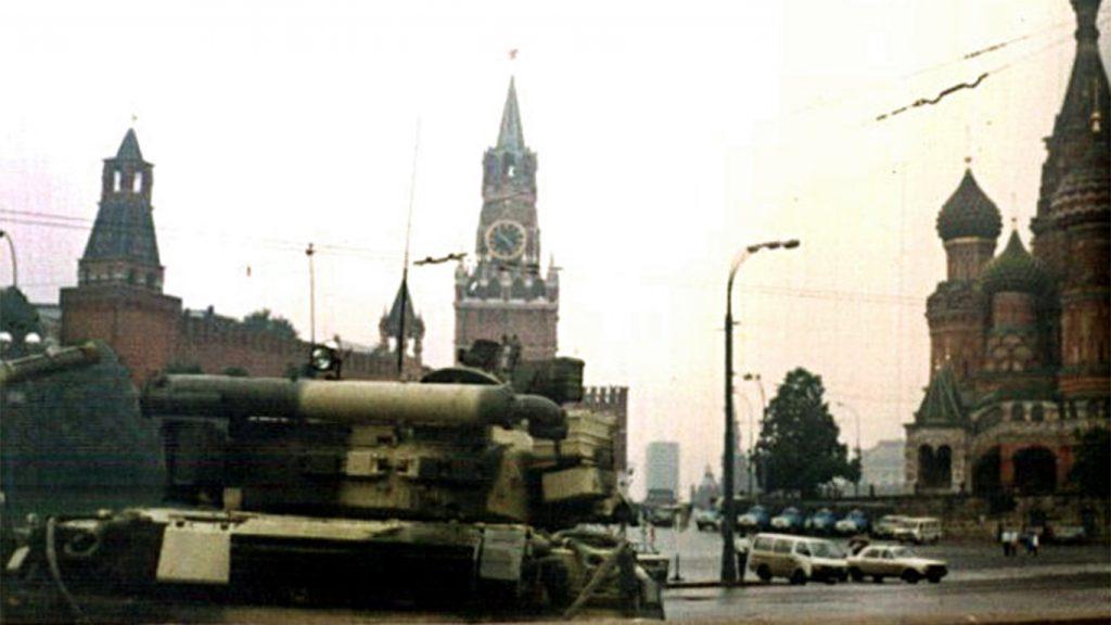 Czołgi pod Kremlem podczas puczu Janajewa.