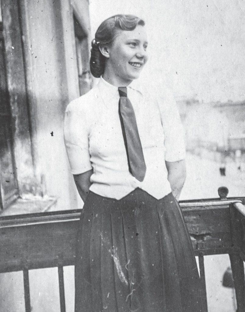 Danuta Ślązak na zdjeciu z 1943 roku. Fotografia z książki Dziewczynka z walizki (domena publiczna).