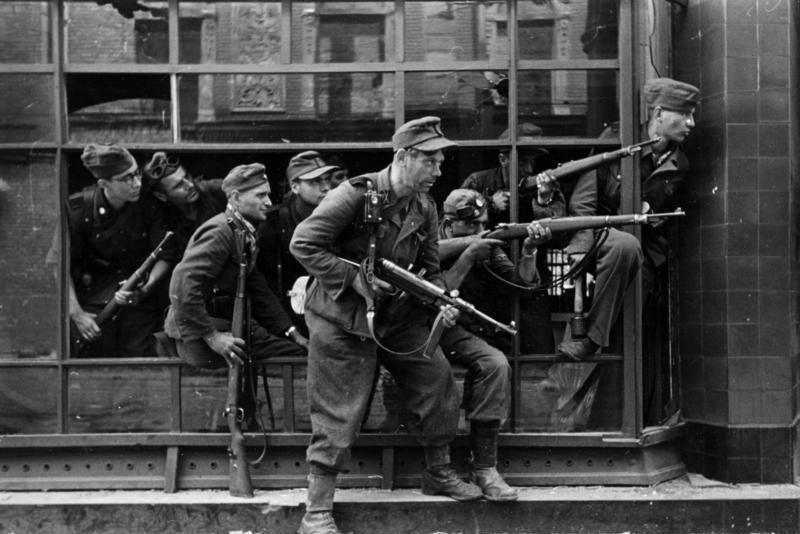 Dirlewangerowcy na ul. Focha w Warszawie (Bundesarchiv/Schremmer/CC-BY-SA 3.0).